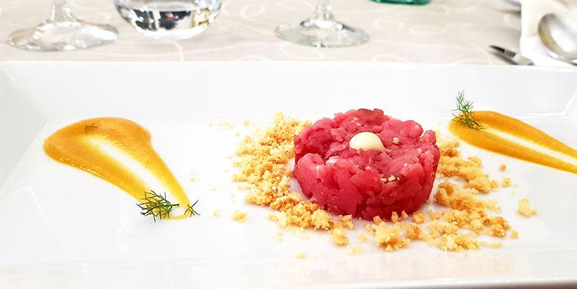 Filetto di manzo su crema di zucca, crumble al parmigiano e mousse di zenzero