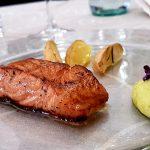 Salmone marinato, aromatizzato con sale al limone ed emulsione di avocado